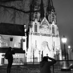 Fotografování za špatných světelných podmínek v exteriérech města.